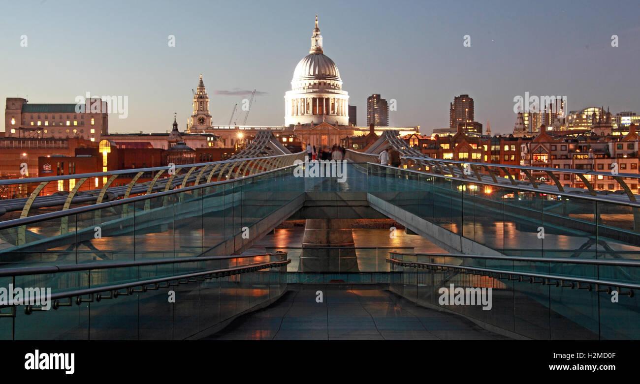 Laden Sie dieses Alamy Stockfoto St Pauls Cathedral London in den späten Abend, von der Millennium bridge - H2MD0F