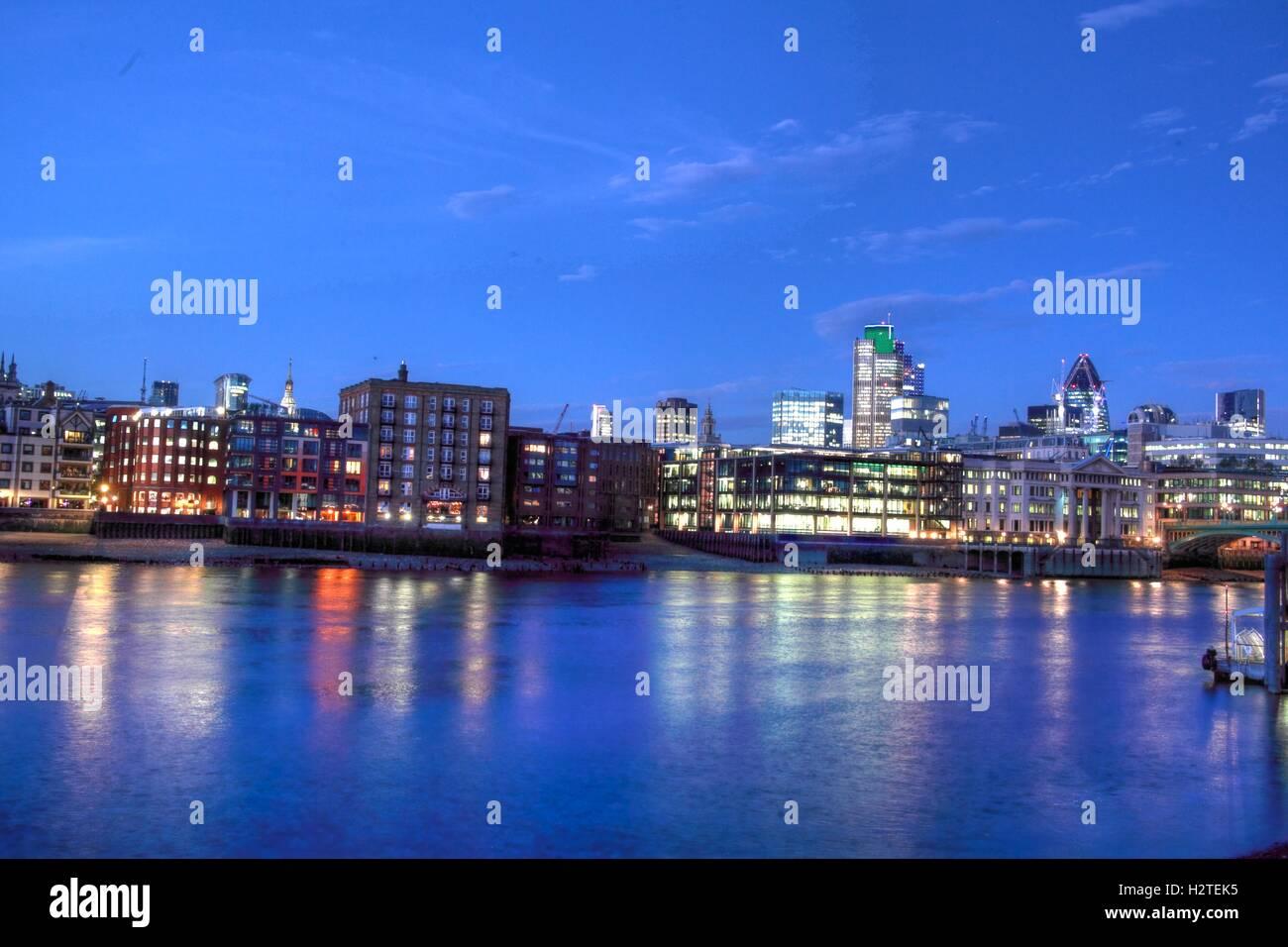 Laden Sie dieses Alamy Stockfoto Fluss Themse Panorama, London, England - H2TEK5