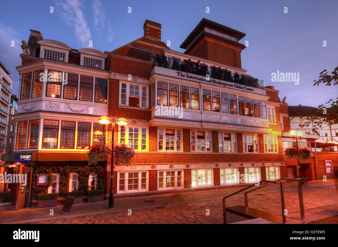 Laden Sie dieses Alamy Stockfoto Shakespeares Globe Theatre, Bankside, Southwark, London in der Abenddämmerung - H2TEW5