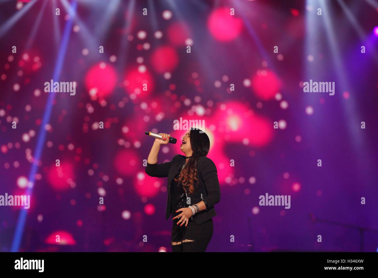 Bollywood Sängerin Shannon Donald führen Sie während der live Konzert und Musik-Start des Films Rock Stockbild