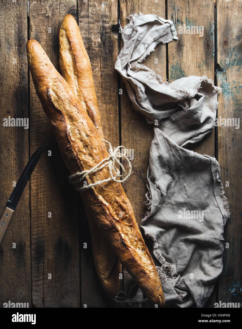 Zwei französische Baguettes auf grobe rustikale Holz Hintergrund Stockbild