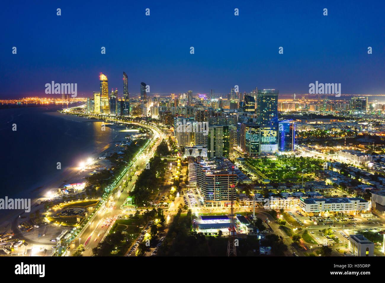 Skyline und Corniche Al Markaziyah Bezirk von Nacht, Abu Dhabi, Vereinigte Arabische Emirate, Naher Osten Stockbild