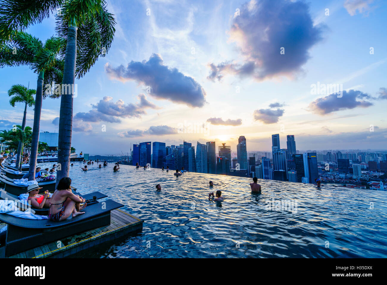 infinity pool auf dem dach des das marina bay sands hotel mit spektakul rem blick ber die. Black Bedroom Furniture Sets. Home Design Ideas