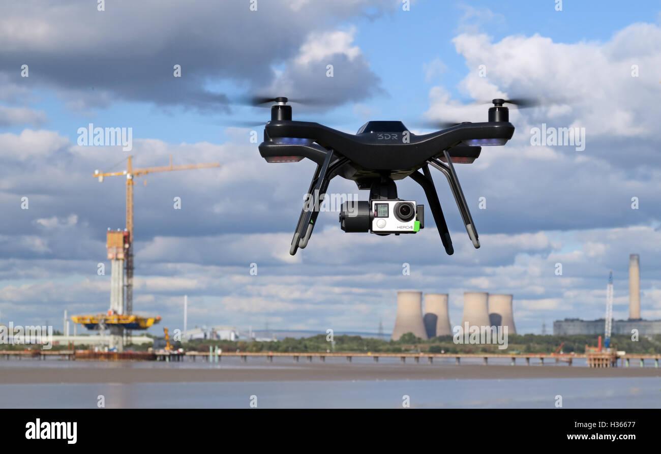 Laden Sie dieses Alamy Stockfoto Mann fliegen 3dr RTF X 8 Drohne in der Nähe von River Mersey, Merseyside, England - H36677