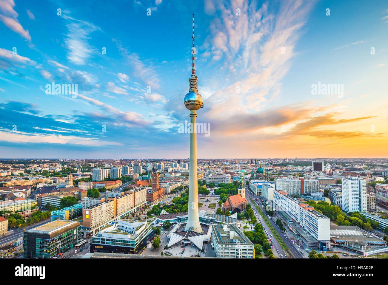 Berlin Skyline Panorama mit berühmten Fernsehturm am Alexanderplatz und dramatische Wolken bei Sonnenuntergang, Stockbild