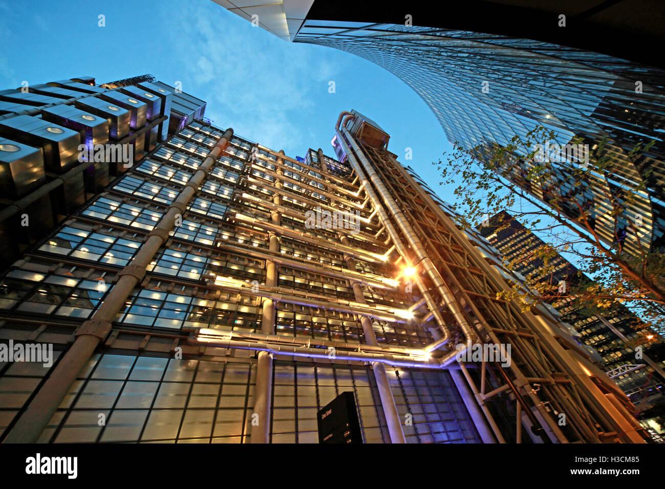 Laden Sie dieses Alamy Stockfoto Lloyds Gebäude London in der Abenddämmerung, Kalk St, England - H3CM85