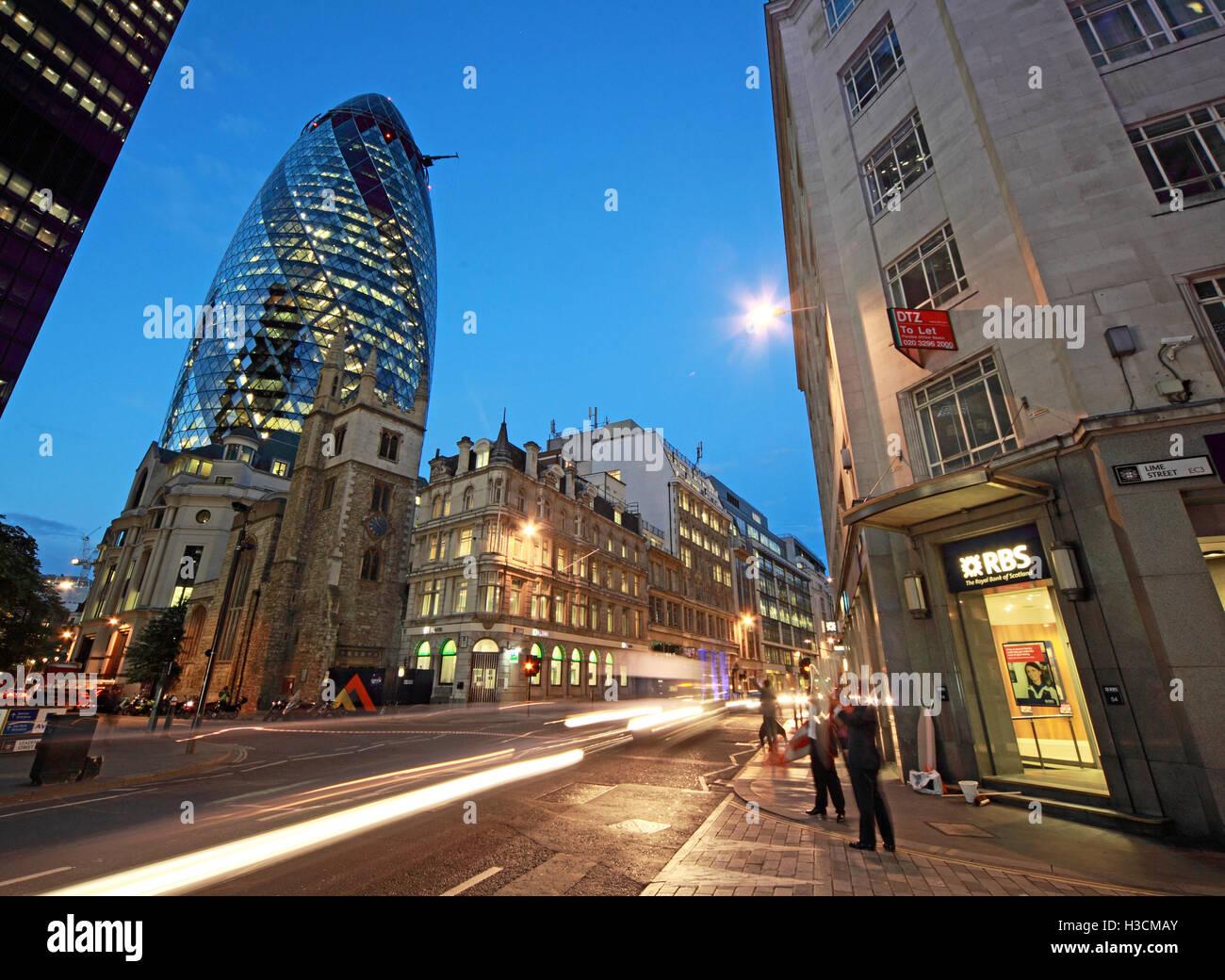 Laden Sie dieses Alamy Stockfoto 30 St Mary Axe, Gherkin, Swiss Re Gebäude, City Of London, England in der Abenddämmerung - H3CMAY