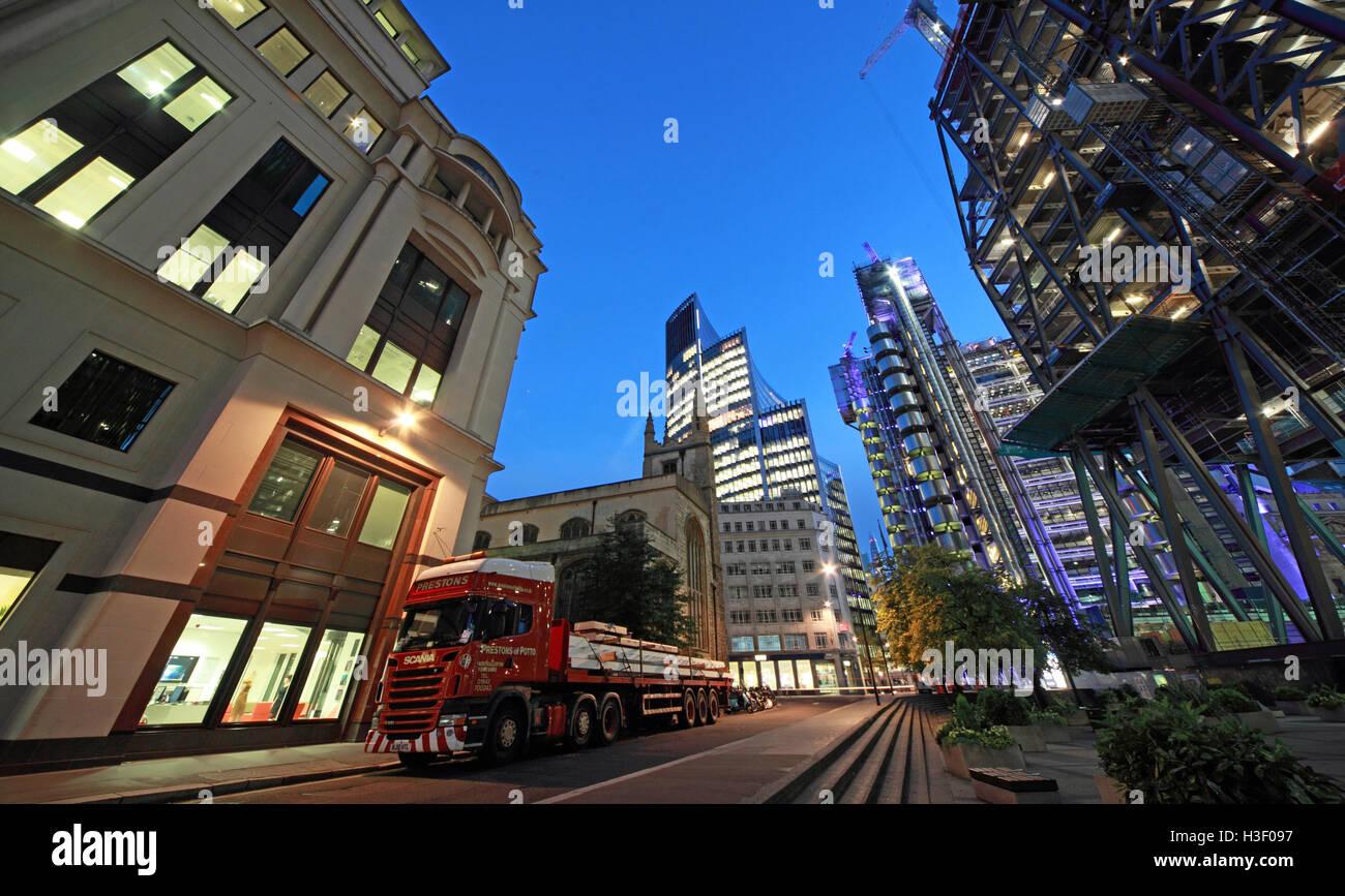 Laden Sie dieses Alamy Stockfoto Finanzzentrum von London, City of London, England, UK in der Dämmerung - H3F097