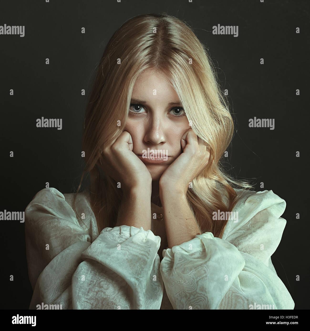Schöne Mädchen mit sulky Ausdruck. Dunkle Porträt Stockbild