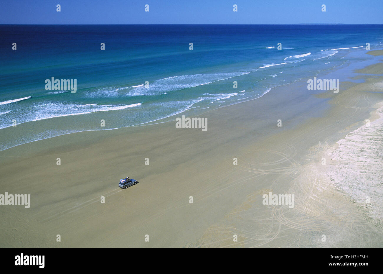 75 Mile Beach mit 4WD Fahrzeug, Stockbild