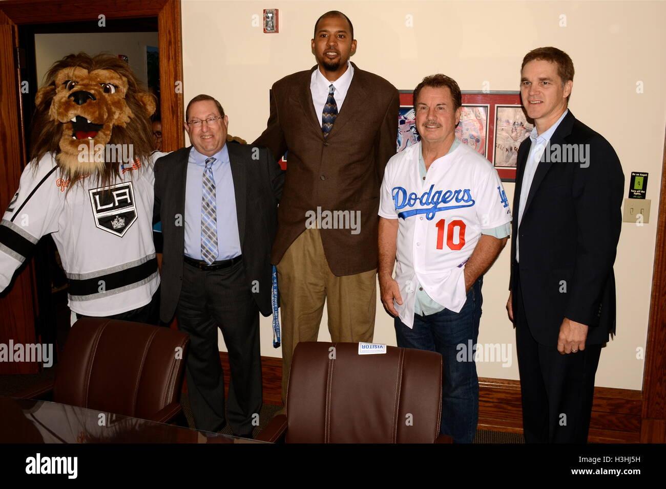 """Bailey, Paul Koretz, Brian Cook, Ron Cey, Luc Robitaille besucht Pressekonferenz für """"Stehen bis zu Krebs Stockbild"""