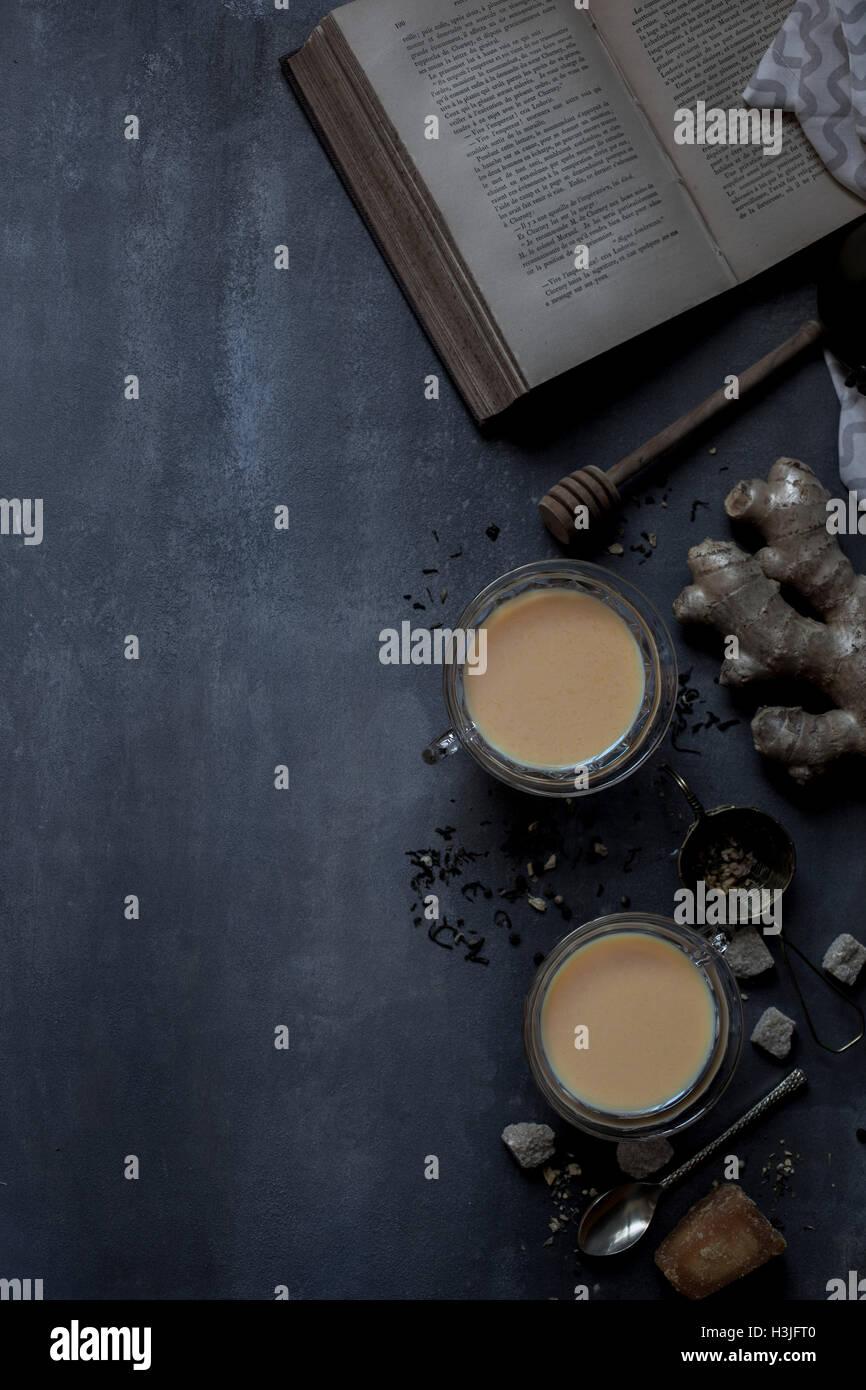 Chai Tee und historische Buch Stockbild