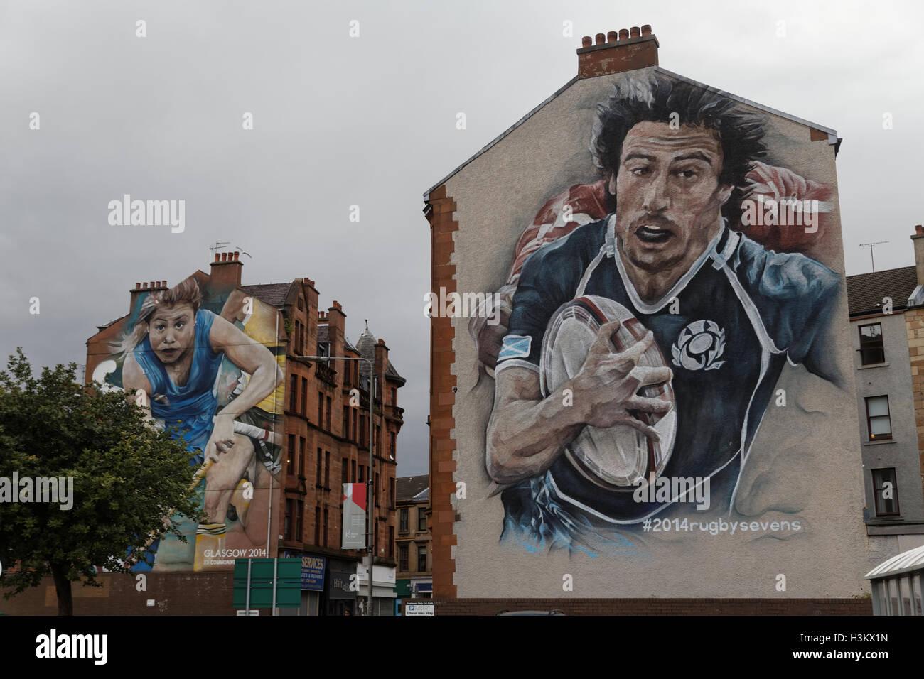 Glasgow Commonwealth Games Wandmalereien auf Seiten von Gebäuden, Rugby, Korbball und Hockey auf Partick Busbahnhof Stockbild