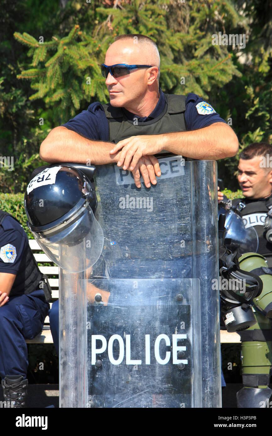 Kosovo Polizeioffiziere von der regionalen operativen Support Unit (ROSU) außerhalb der Nationalversammlung Stockbild
