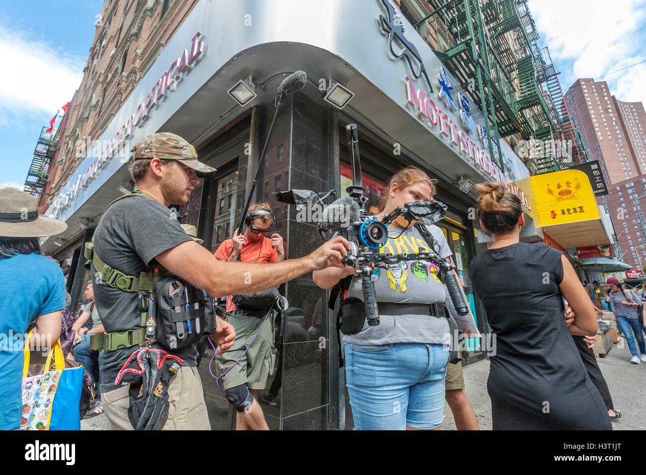 Videofilmer Dreharbeiten in Chinatown in New York City. Stockbild
