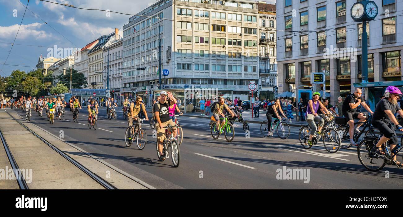 """Österreich, Wien, """"Masse"""" cycling Event am Kärnterner Ring bringt eine große Anzahl von Stockbild"""