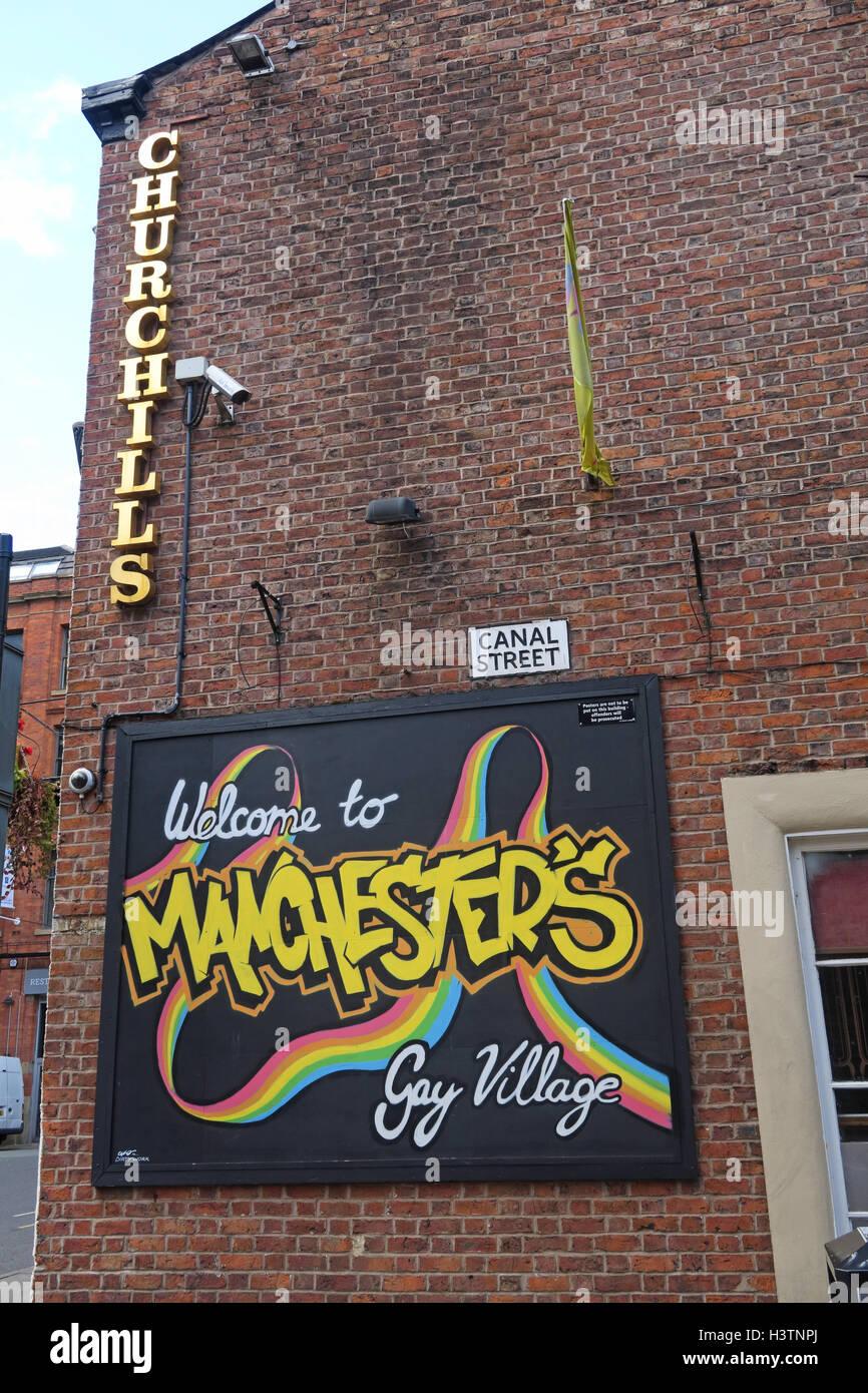 Laden Sie dieses Alamy Stockfoto Willkommen Sie Churchills, Canal St Gay Village, Manchester, England - H3TNPJ
