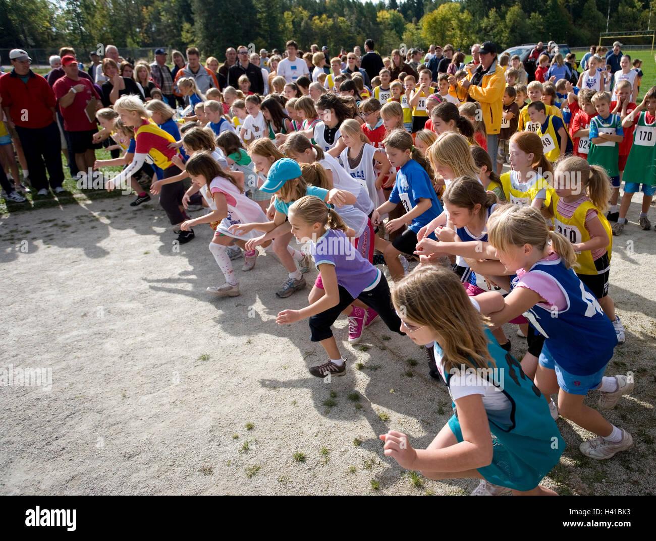 Mädchen an der Startlinie in Track-Rennen Stockbild