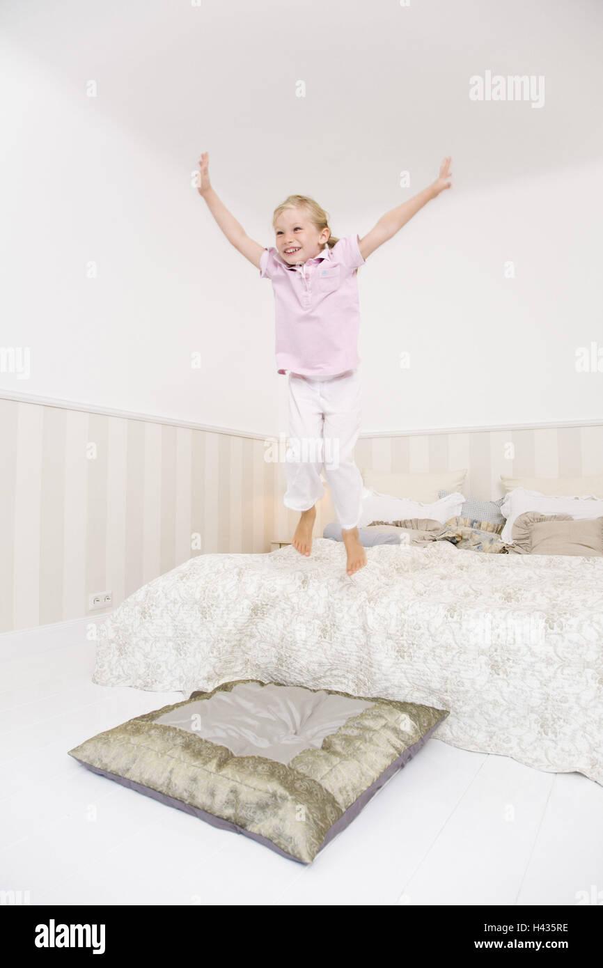 schlafzimmer bett kind m dchen fr hlich ausgelassen erfreuliches luft sprung kissen. Black Bedroom Furniture Sets. Home Design Ideas