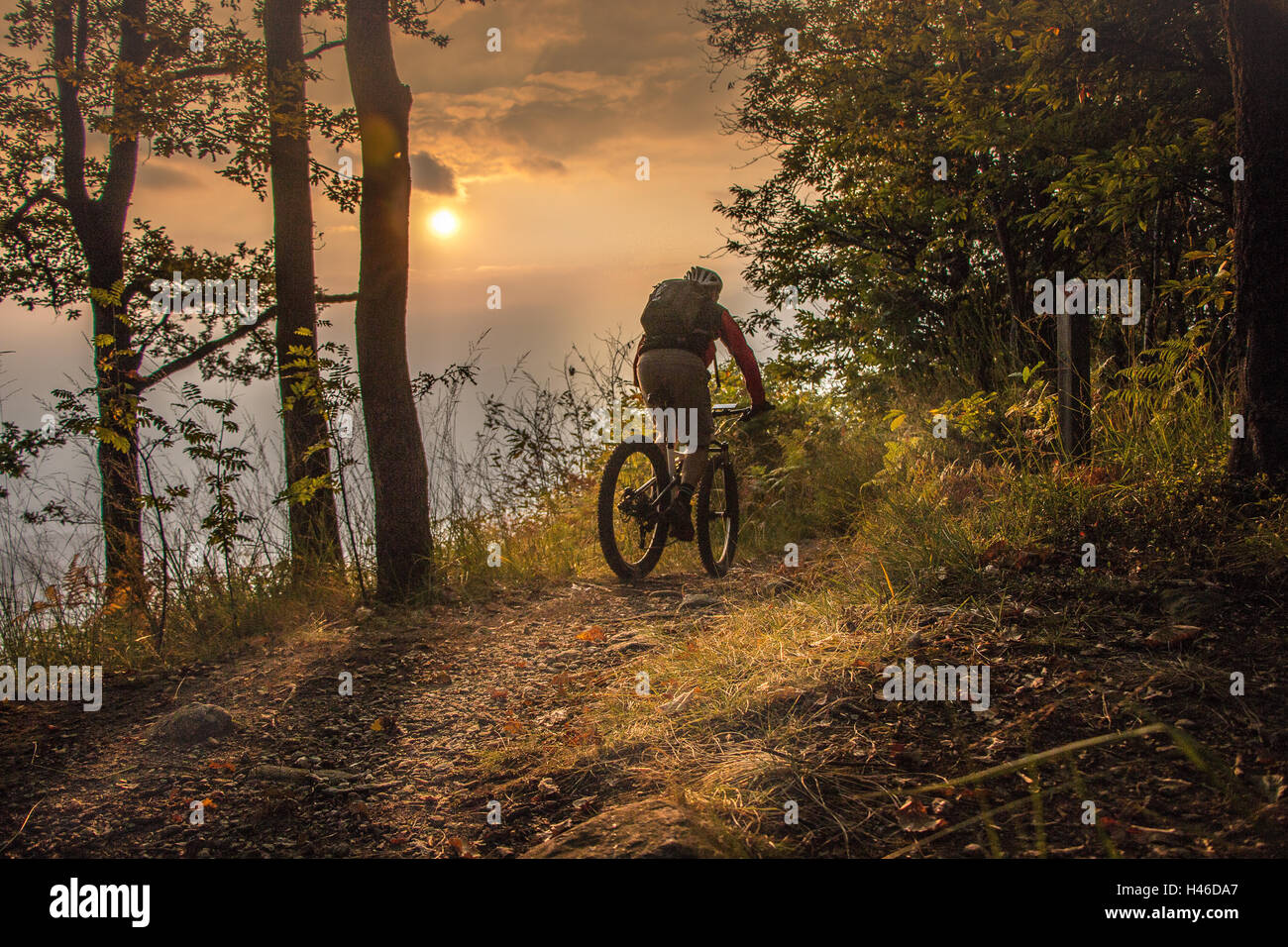 Mountain-Biking bis zum Sonnenuntergang Stockfoto