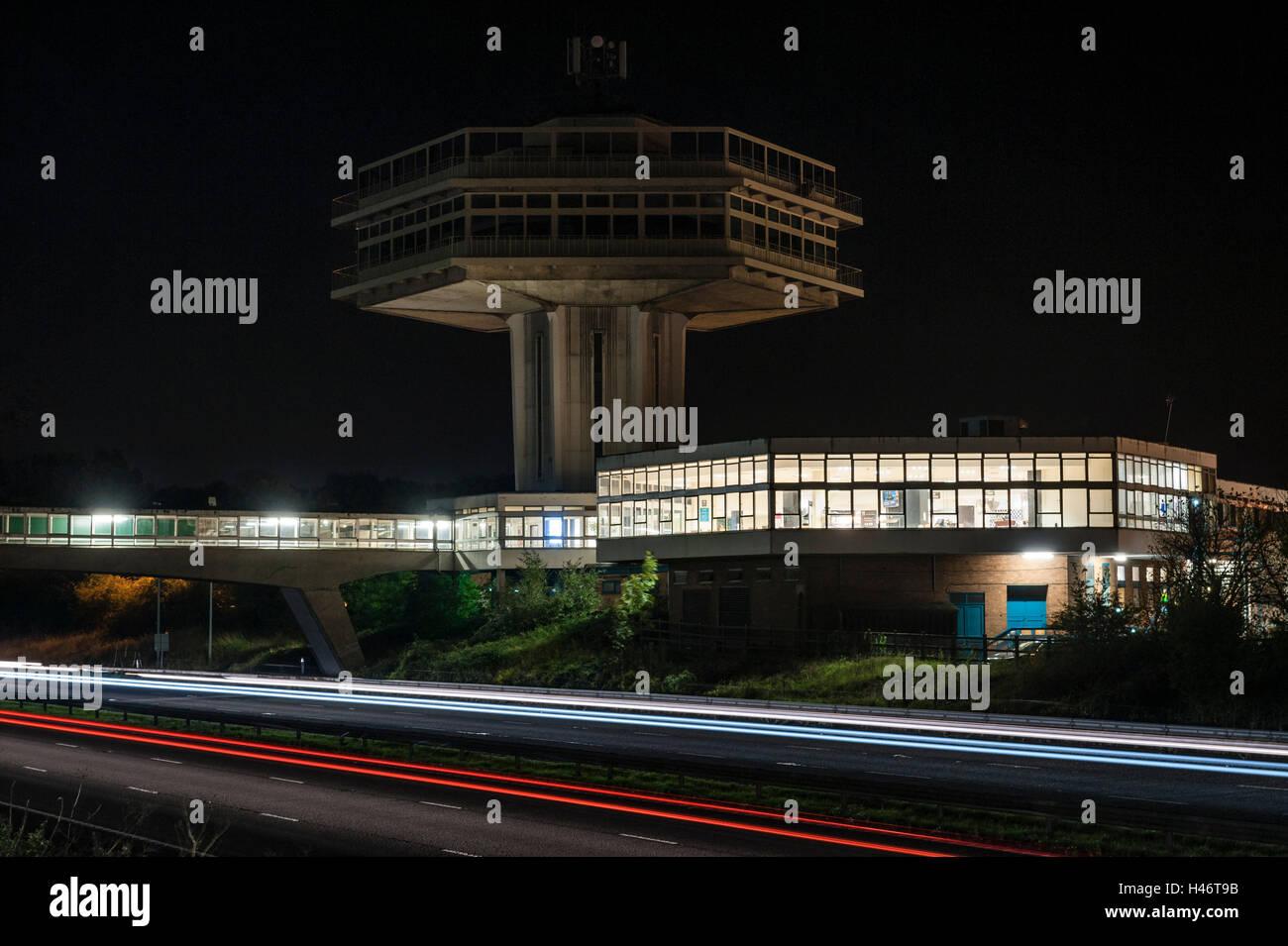 Lancaster (Forton) Dienstleistungen, UK, Autobahn M6 in der Nacht. Der Pennine Turmrestaurant (1965) steht unter Stockbild