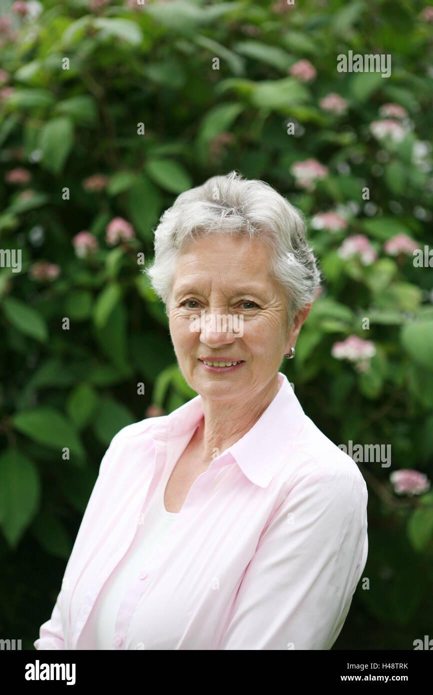 Garten Strauch Senior Lacheln Portrat Sommer Person Frau Alt