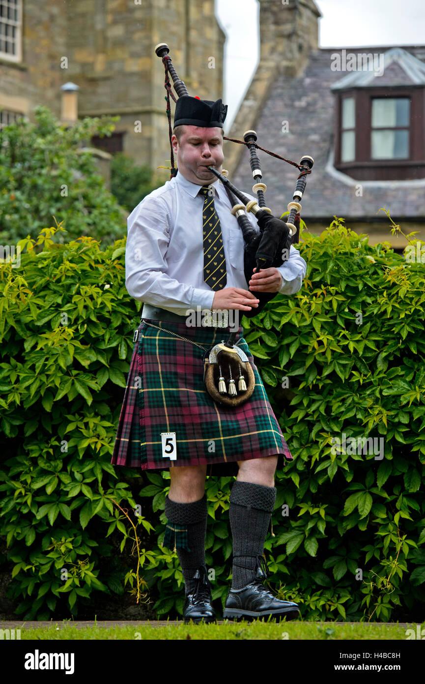 Solo-Dudelsackpfeifer Dudelsack im Kilt, Dudelsackspieler Musikwettbewerb, Ceres Highland Games, Ceres, Schottland, Stockbild