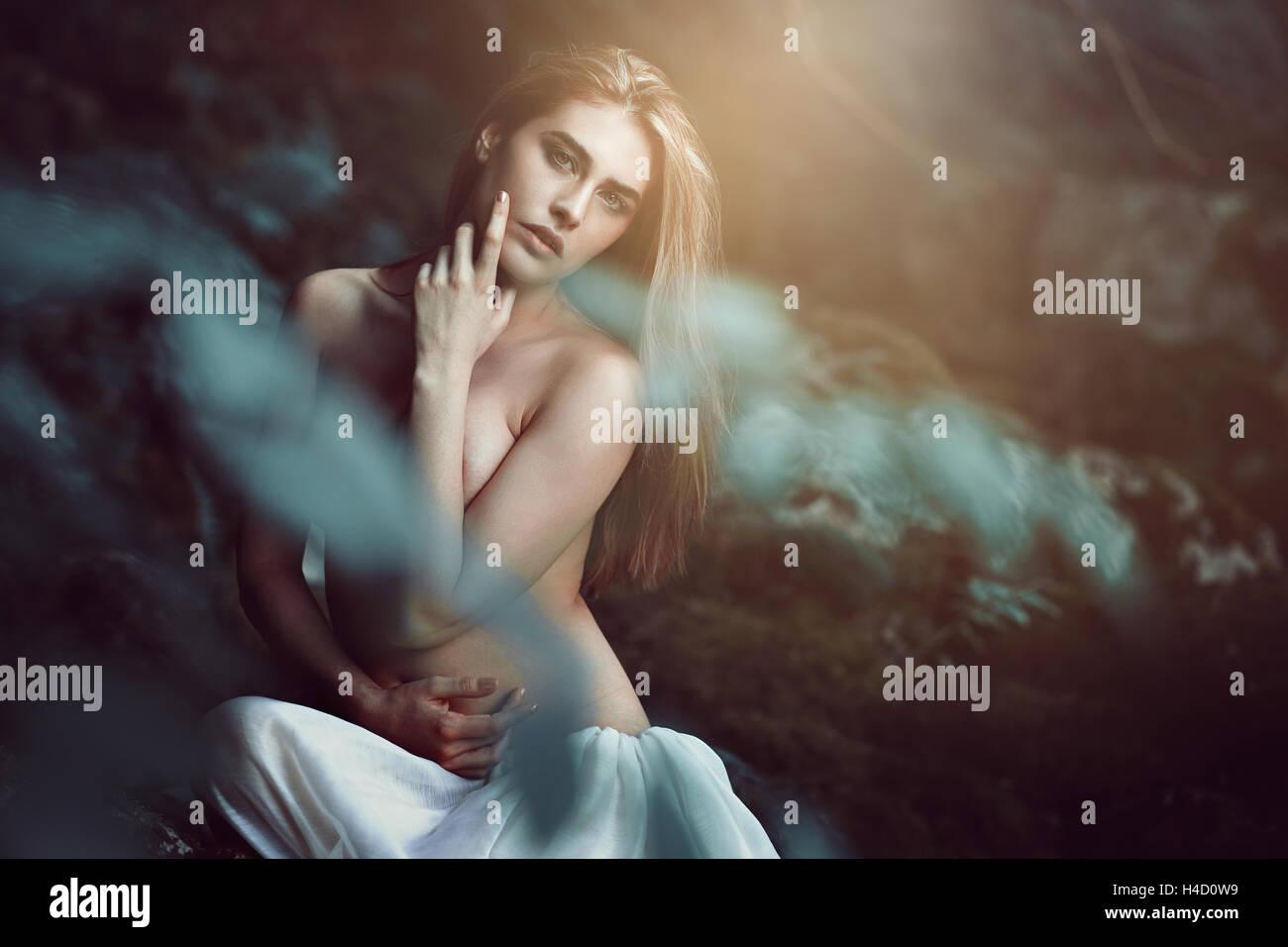Schöne Tochter des Waldes in verträumten weiches Licht. Fantasie und Magie Stockbild