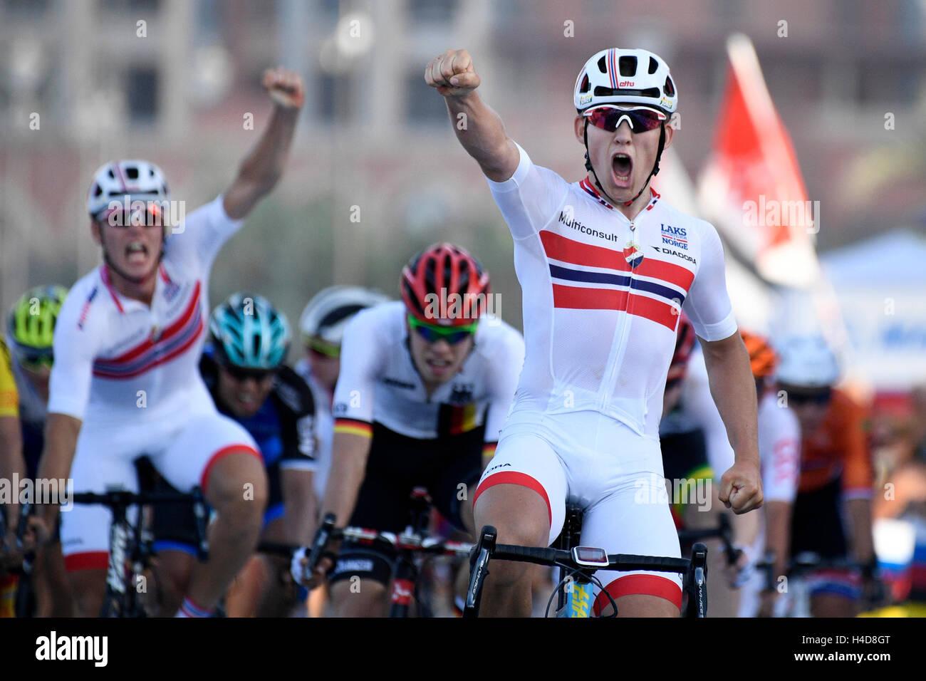 Norwegische Kristoffer Halvorsen feiert als er die Ziellinie überquert um die Männer U23 Straßenrennen bei den 2016 Stockfoto