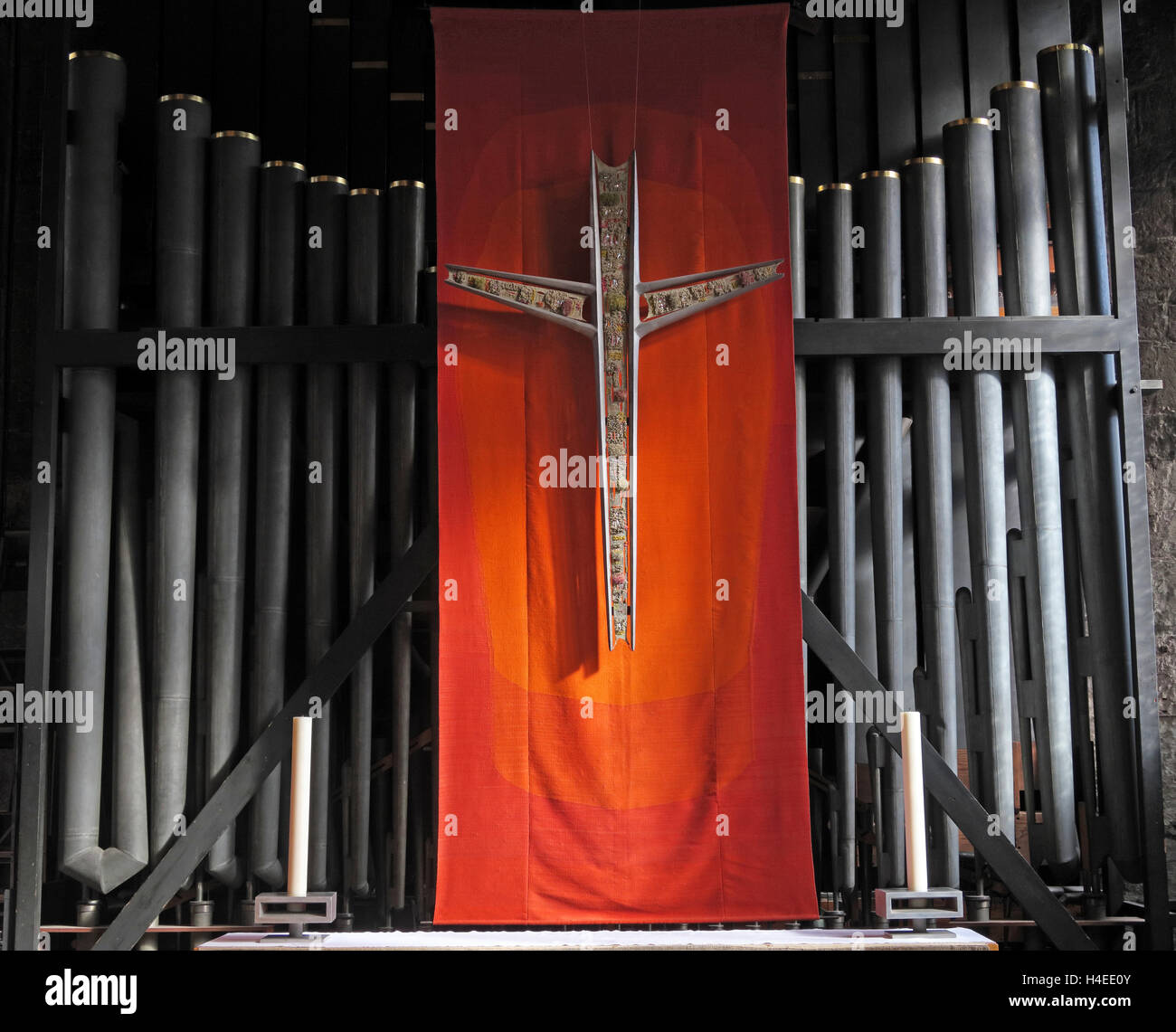 Laden Sie dieses Alamy Stockfoto Kruzifix und Orgel Rohre, Manchester Kathedrale, England, UK - H4EE0Y