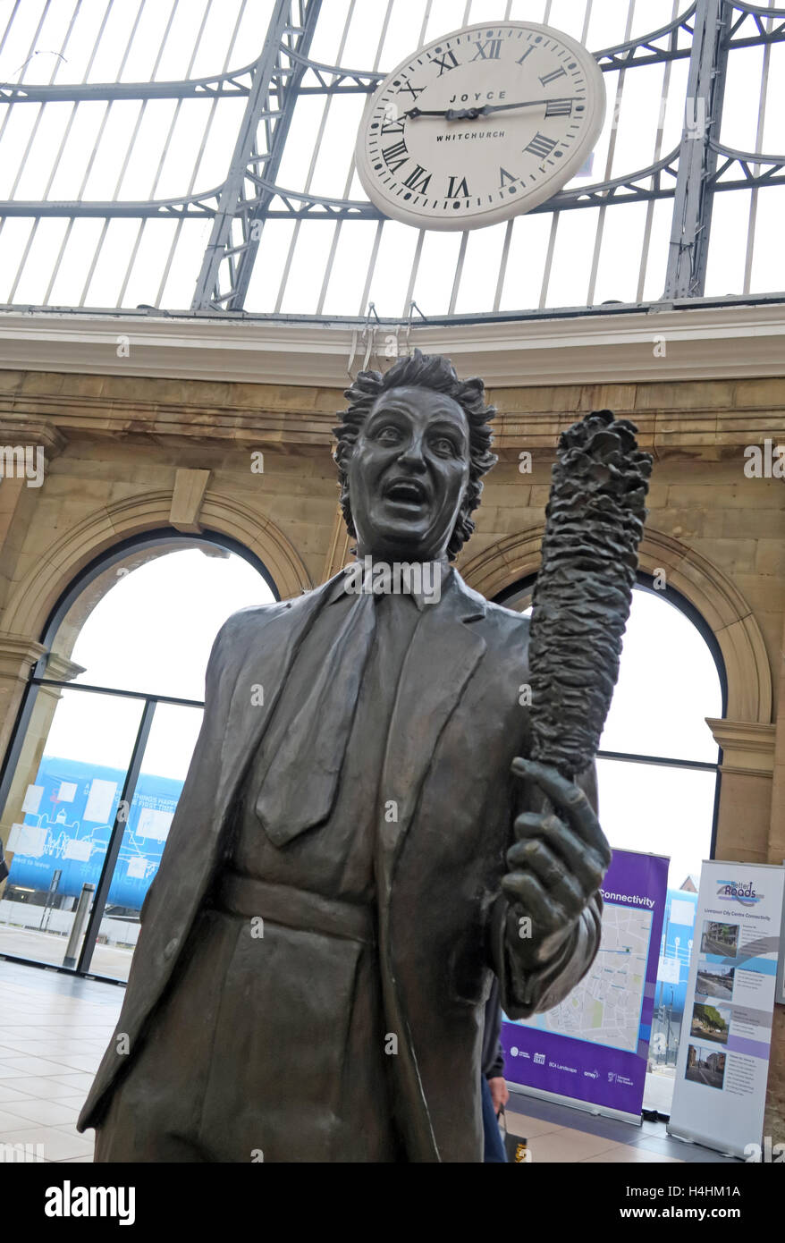 Laden Sie dieses Alamy Stockfoto Ken Dodd Statue, Liverpool Lime Street Railway Station, England, Vereinigtes Königreich - H4HM1A