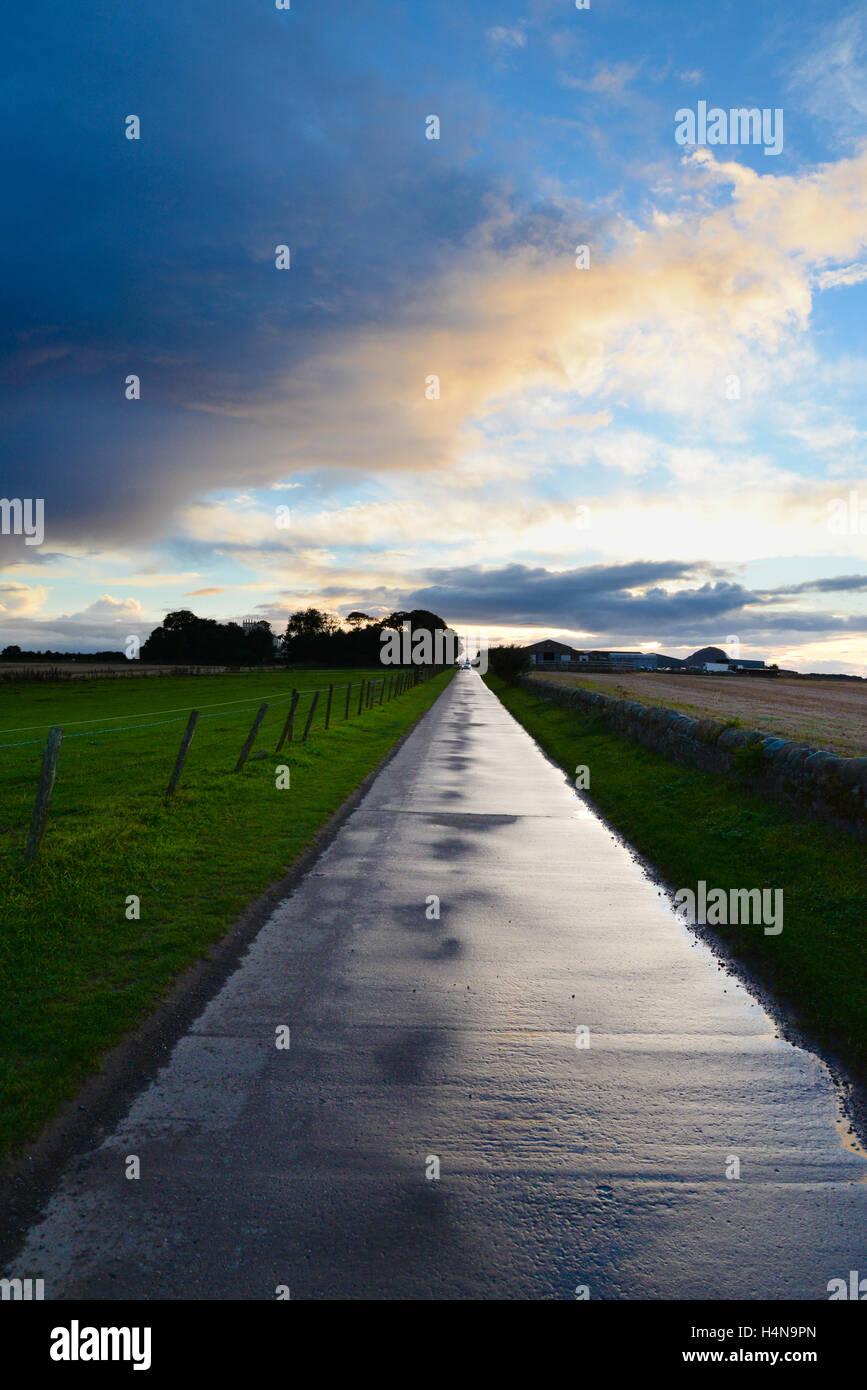 Einspurigen Straße führt in die Ferne. Stockbild