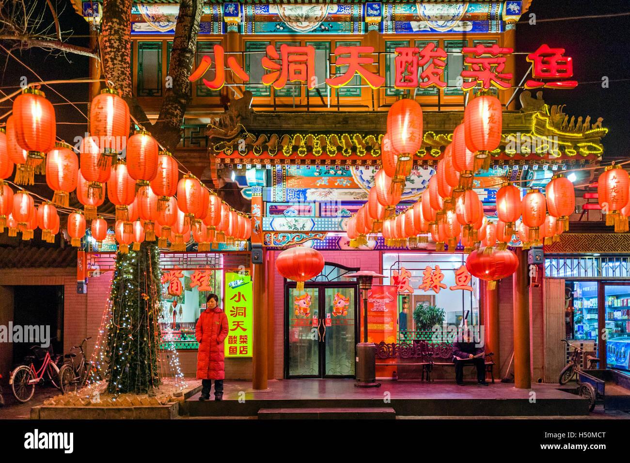 Nachtansicht des chinesischen Restaurant dekoriert mit roten Laternen in Peking China Stockbild