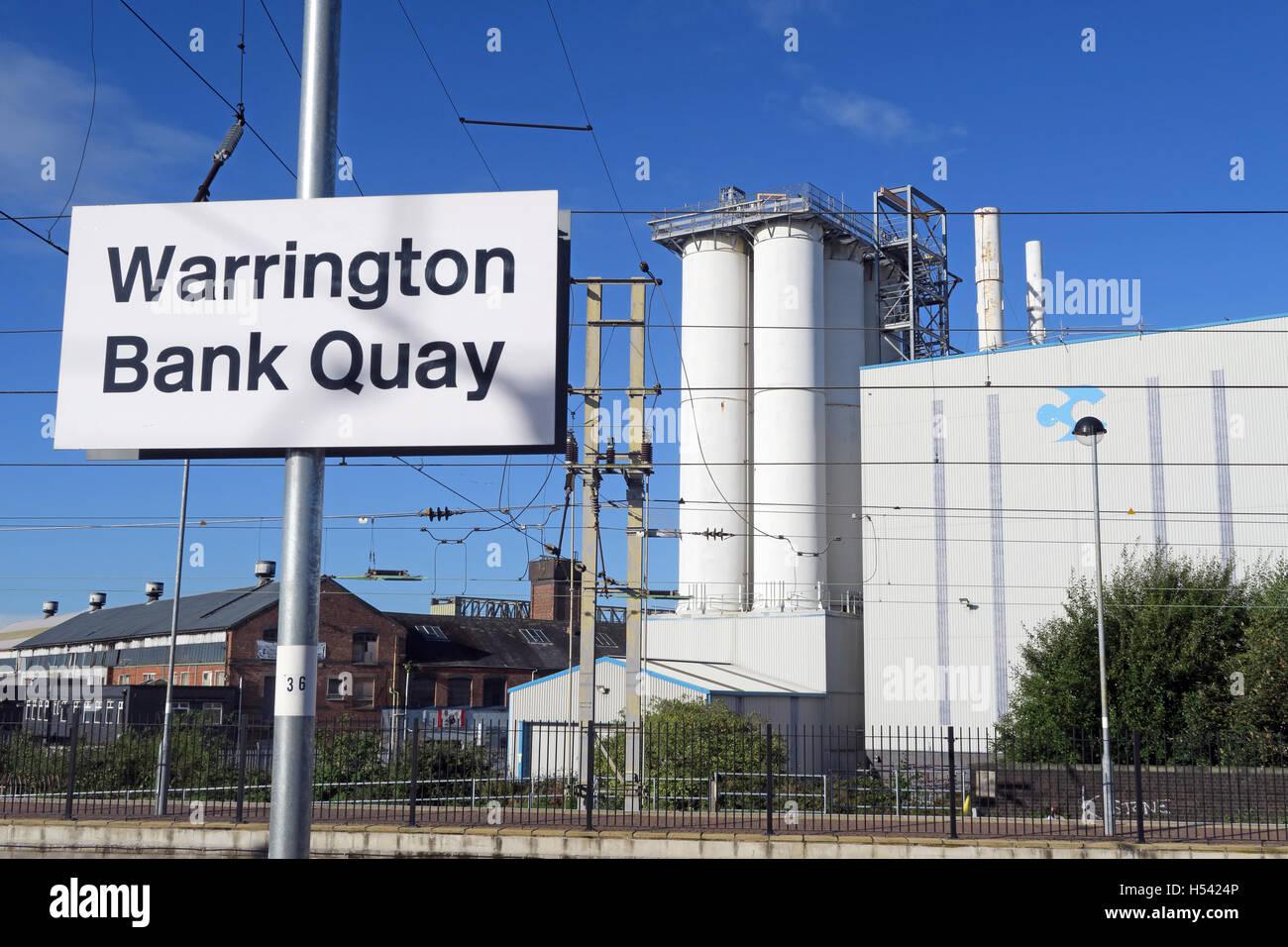 Laden Sie dieses Alamy Stockfoto Warrington Bank Quay Bahnhof, WCML Cheshire, England, UK-Zeichen & Kreuzungsfeldern Fabrik - H5424P