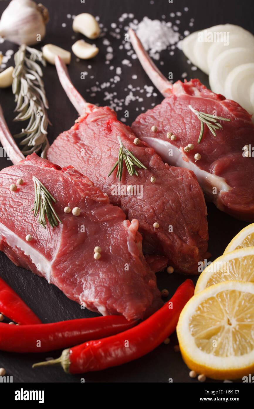 Rohes Rindfleisch mit Gewürzen auf einer Schiefertafel Tafel-Nahaufnahme. vertikale Stockbild