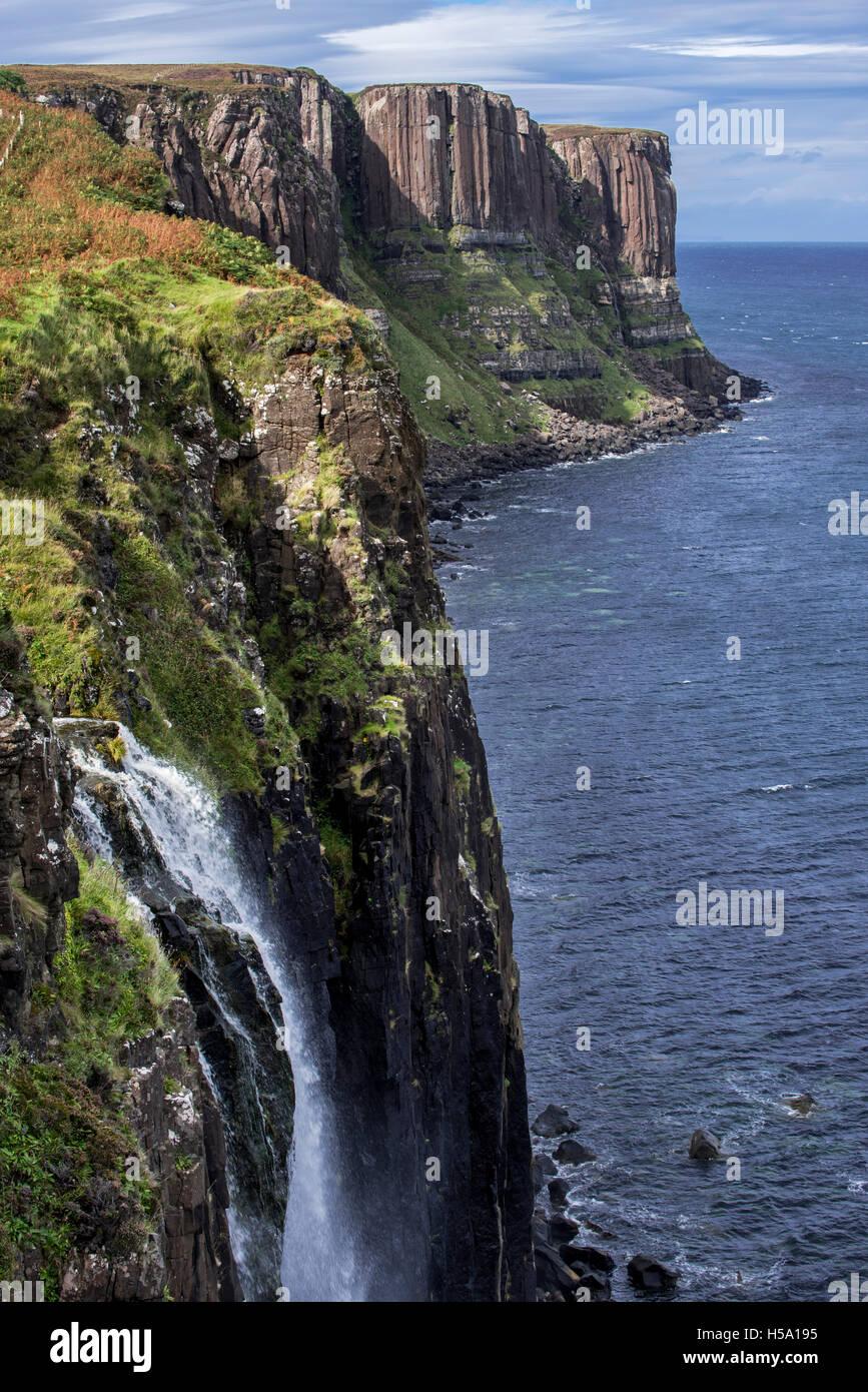 Mealt Wasserfall am Kilt Rock, eine 200-Fuß hohen Steilküste von Stonehenge auf der Isle Of Skye, Trotternish, Stockbild