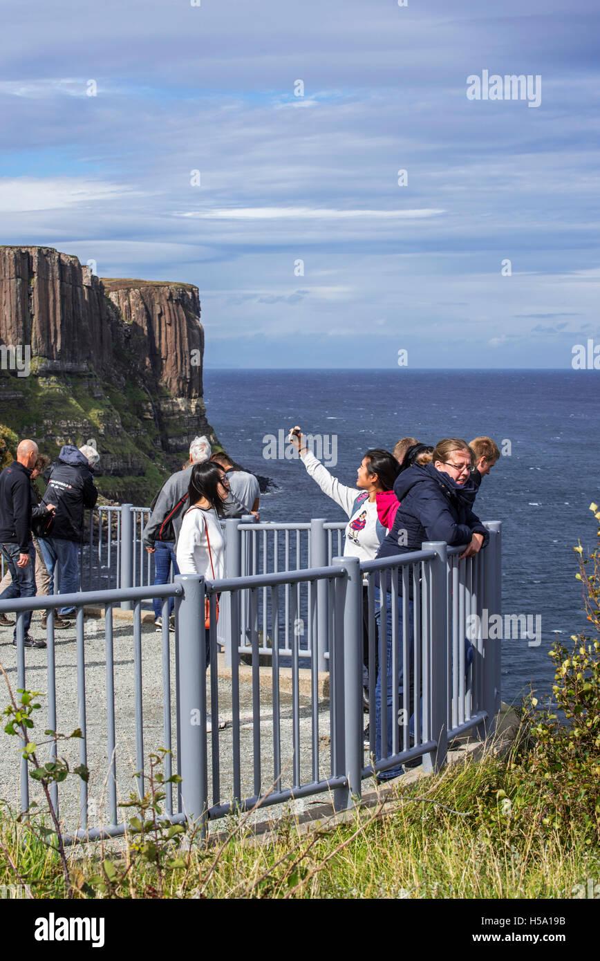 Touristen am Aussichtspunkt am Mealt Wasserfall am Kilt Rock, Steilküste auf der Isle Of Skye, Trotternish, Stockbild