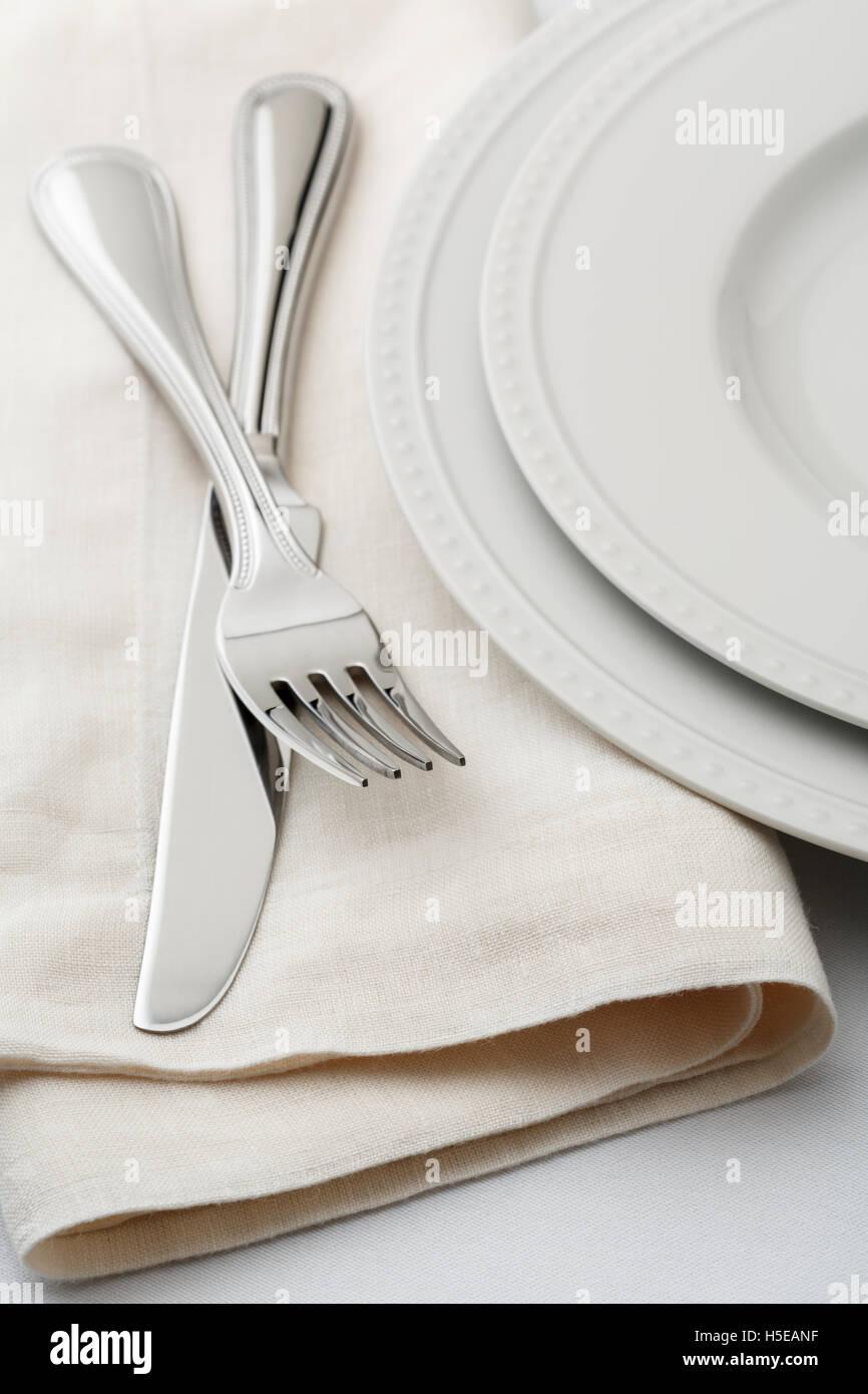 Gehobene Küche klassisch Tabelle Einstellung Gedeck mit Weißware Geschirr, Bettwäsche, Servietten Stockbild