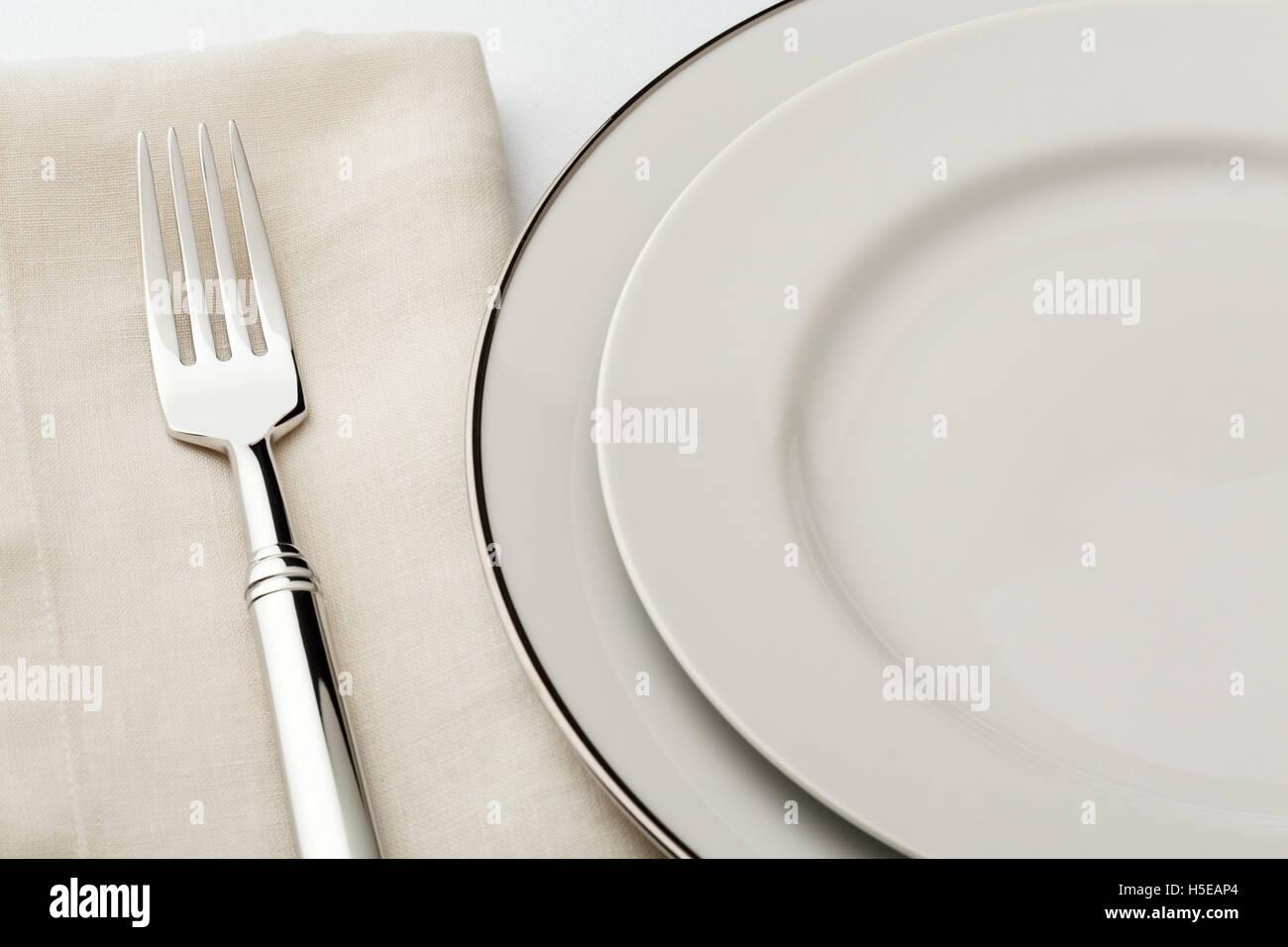 Feine Esstisch Platz Einstellung mit hochwertigen klassischen Stil Weißware Geschirr, Leinen-Serviette und Stockbild