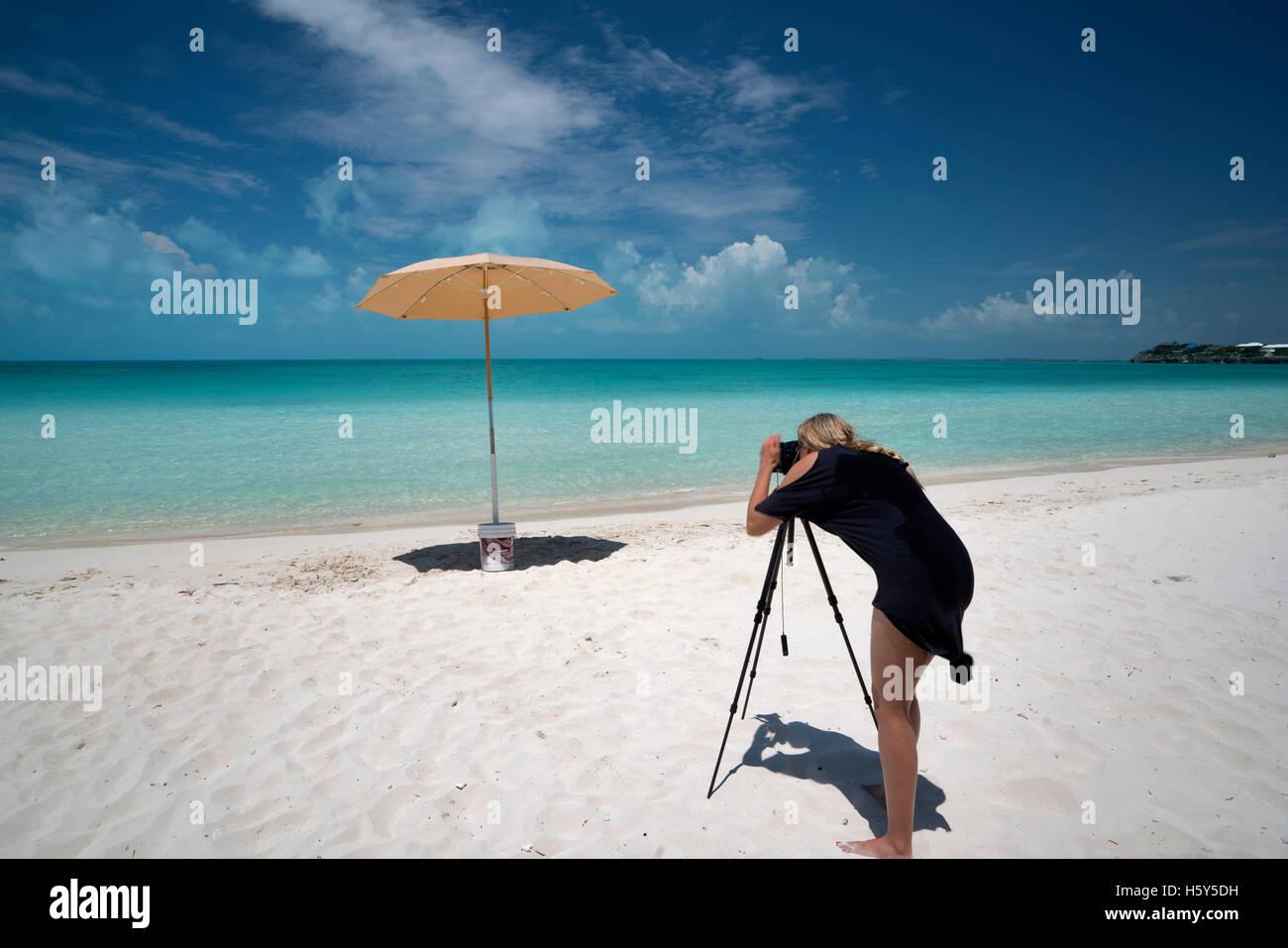 Fotograf fotografiere Regenschirm Sappodilla Bay. P {Rovidenciales, Turks- und Caicosinseln Stockbild