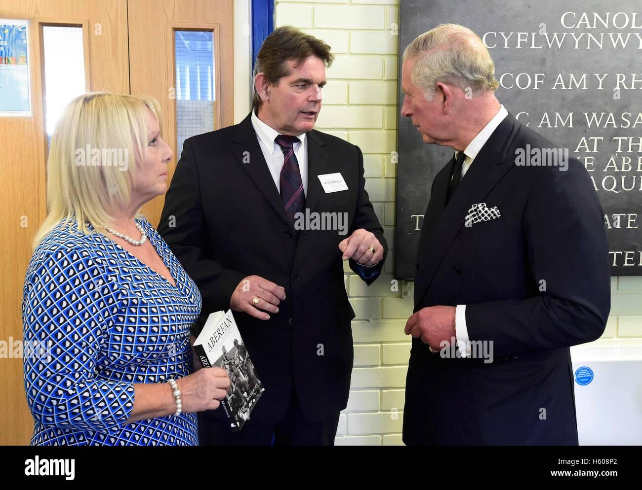 Der Prinz von Wales (rechts) spricht mit Überlebenden Gaynor Madgwick (links) und Gerald Kirwan (Mitte) im Stockbild