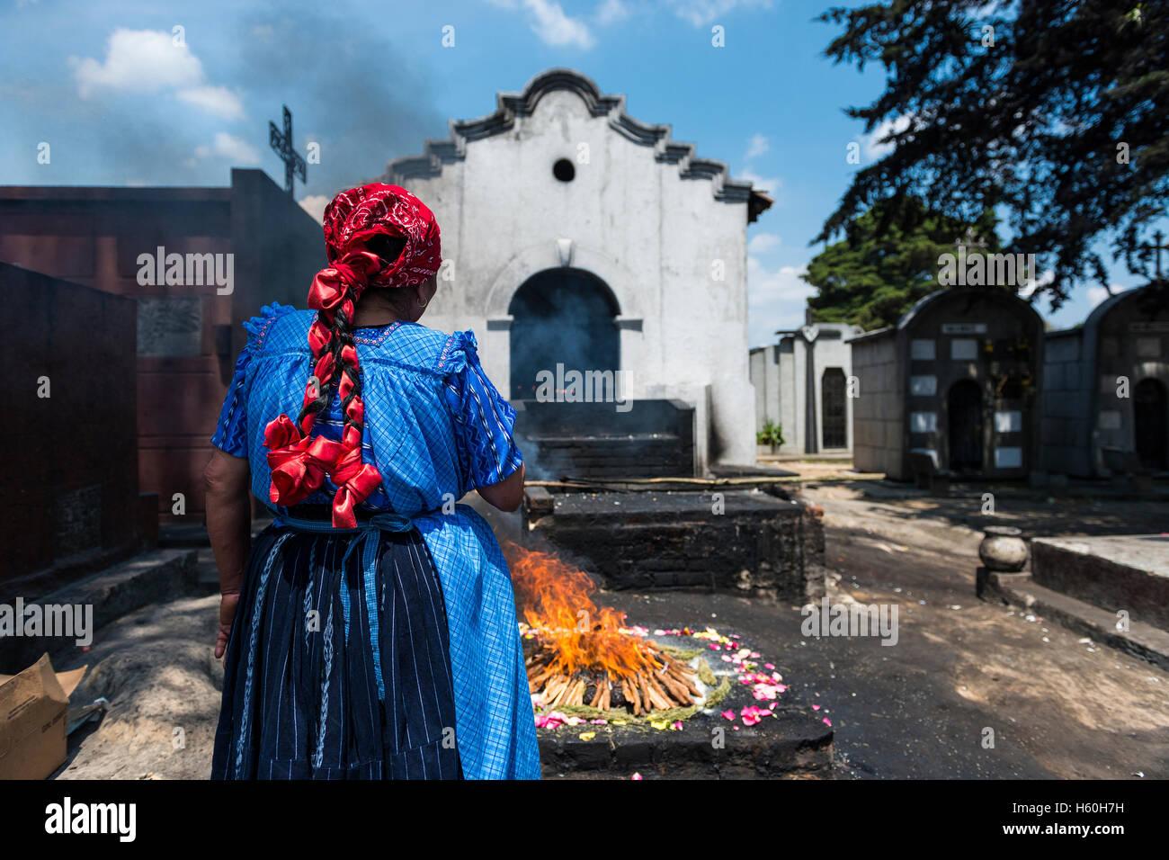 Chichicastenango, Guatemala - 24. April 2014: Maya-Frau, die Durchführung eines traditionellen Maya-Rituals Stockbild
