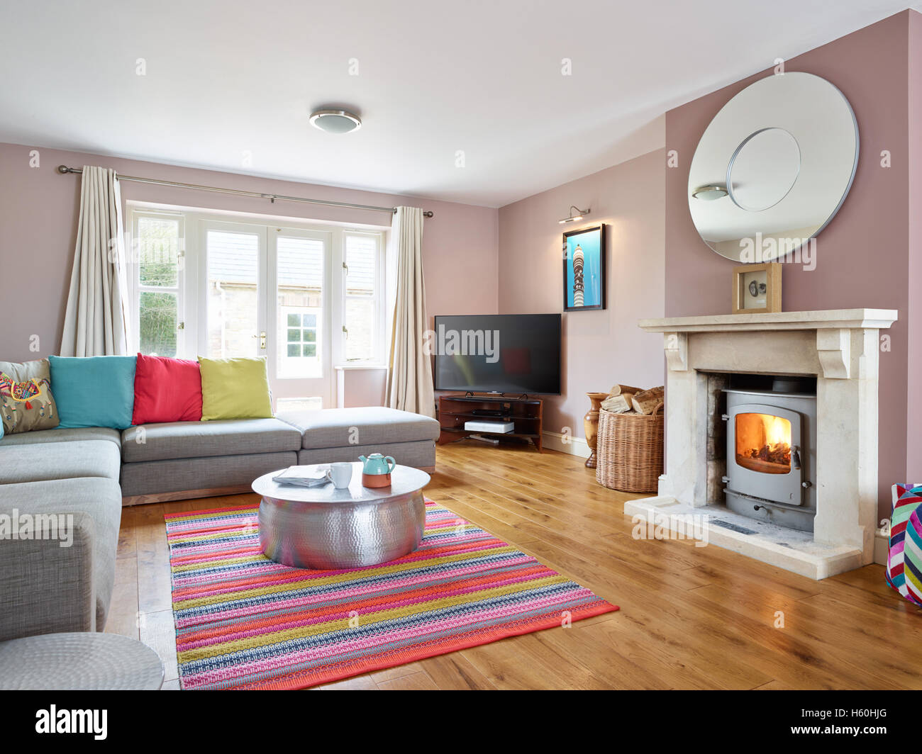 Eine frische moderne bunte Wohnzimmer mit viktorianischen Kamin ...
