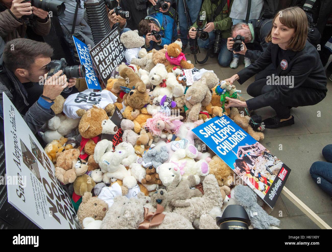 Downing Street/Whitehall.Actress Carey Mulligan stellt einen Teddybär in Whitehall fordert die Regierung auf, Stockbild