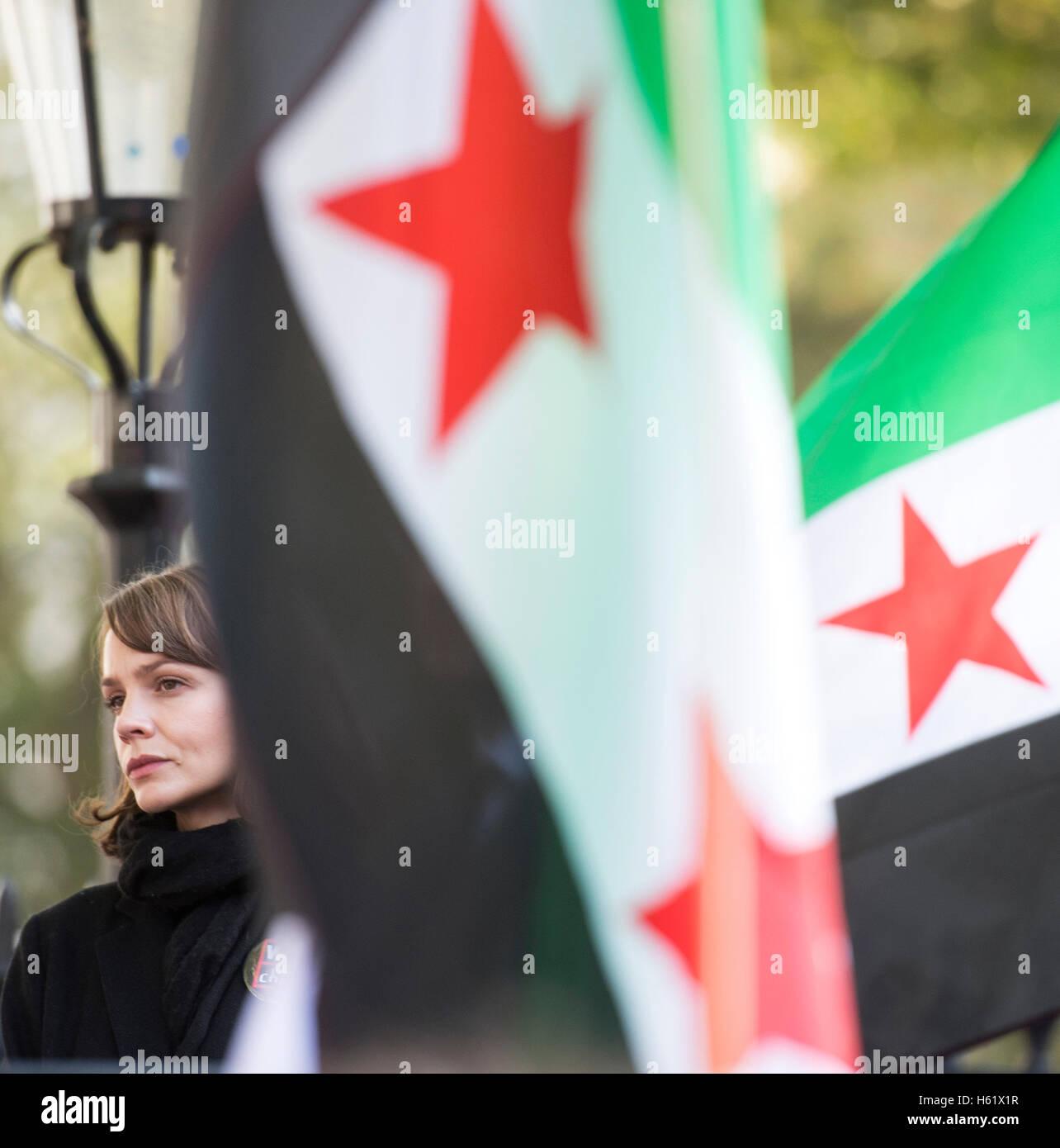 Mar0073373.St Nachrichten. Downing Street/Whitehall.Actress Carey Mulligan befasst sich mit die Demonstranten in Stockbild