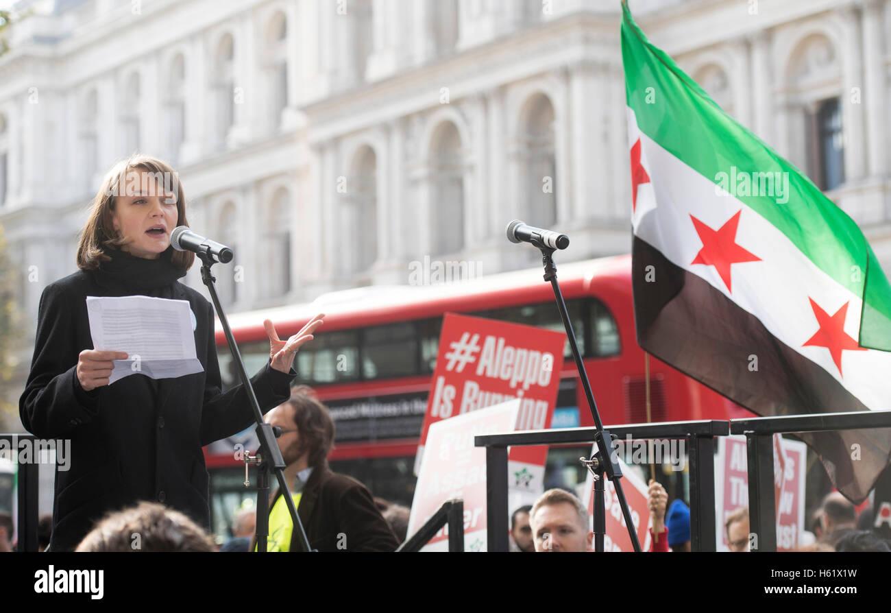 Downing Street/Whitehall.Actress Carey Mulligan befasst sich mit die Demonstranten in Whitehall Aufforderung an Stockbild