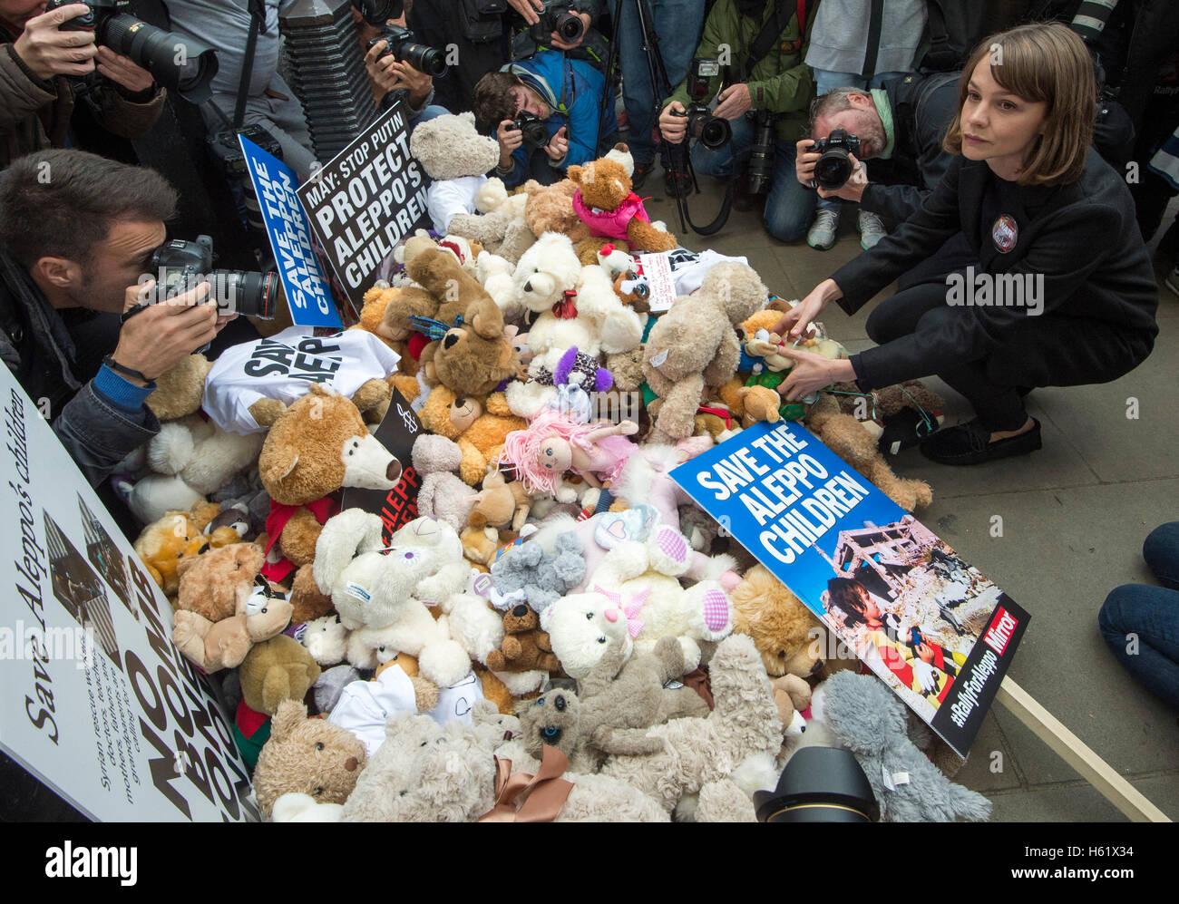 Downing Street/Whitehall.Actress Carey Mulligan stellt einem Teddybär in Whitehall die Toren No10 Stockbild