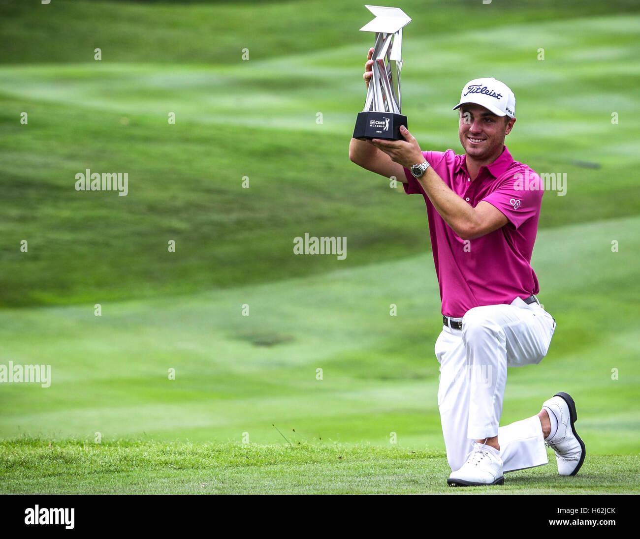 Kuala Lumpur, Malaysia, 23. Oktober 2016. US-Golfer, Justin Thomas mit der Trophäe nach Sieg der CIMB Classic 2016 Stockfoto