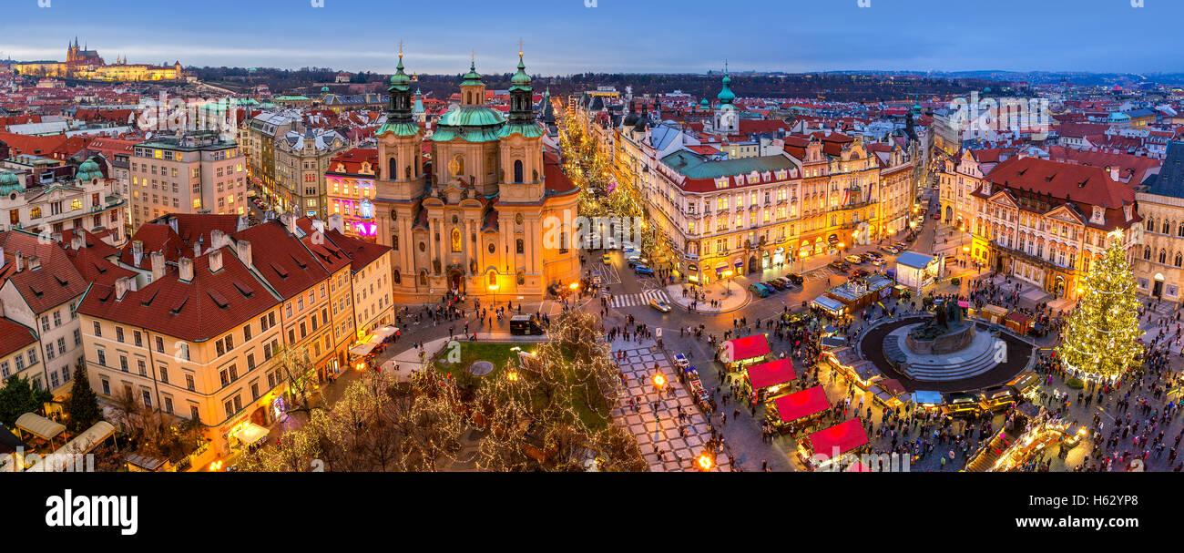 Blick von oben Skyline, beleuchteten Gebäuden und traditionellen Weihnachtsmarkt in Prag. Stockbild