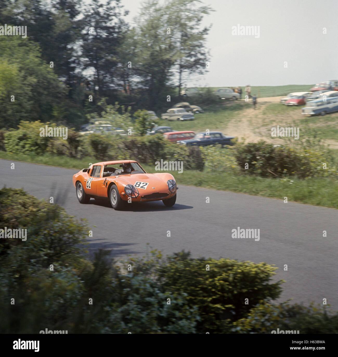 Roberto Bussinello in einem Alfa Romeo TZ2 in dem Nürburgring 1000Ks 1965 Stockbild